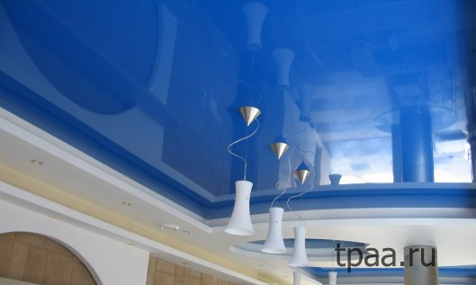 Глянцевый натяжной потолок: фото и преимущества