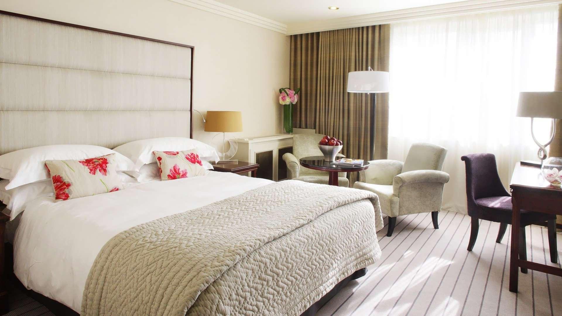 Гармоничный интерьер спальни постельное бель мебель декор