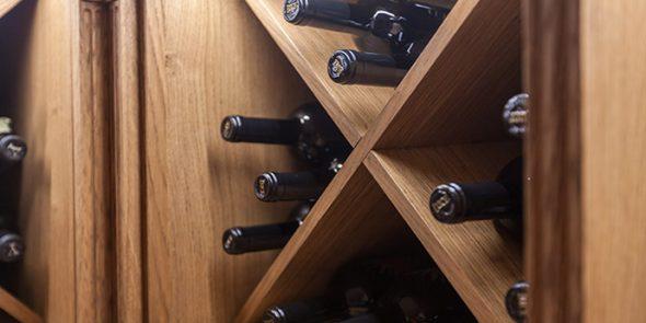 Стеллажи для вина из дерева в интерьере загородного дома